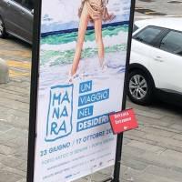 Ladri in azione quattro volte: a ruba i maxi manifesti della mostra di Milo Manara nel Porto antico di Genova